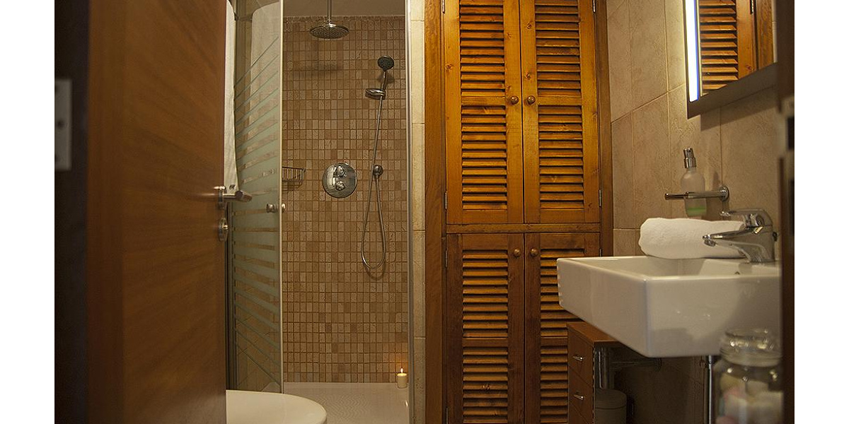 Playa de Alcudia apartment rental - Full bathroom with shower tile and wood.