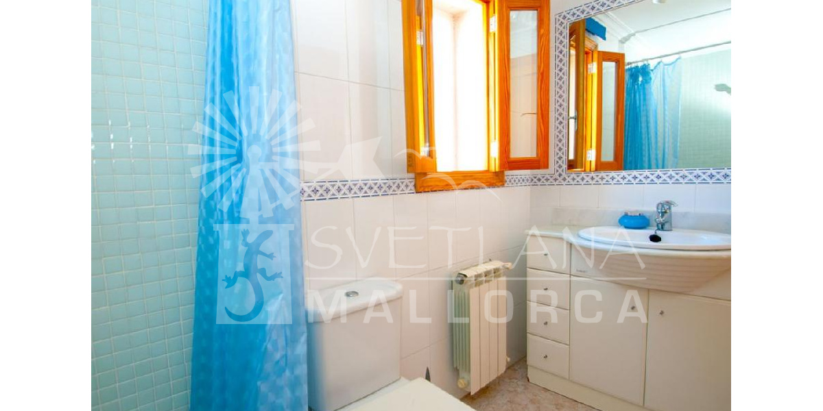 Full and bright family bathroom of the villa also with shower, sink and mirror..