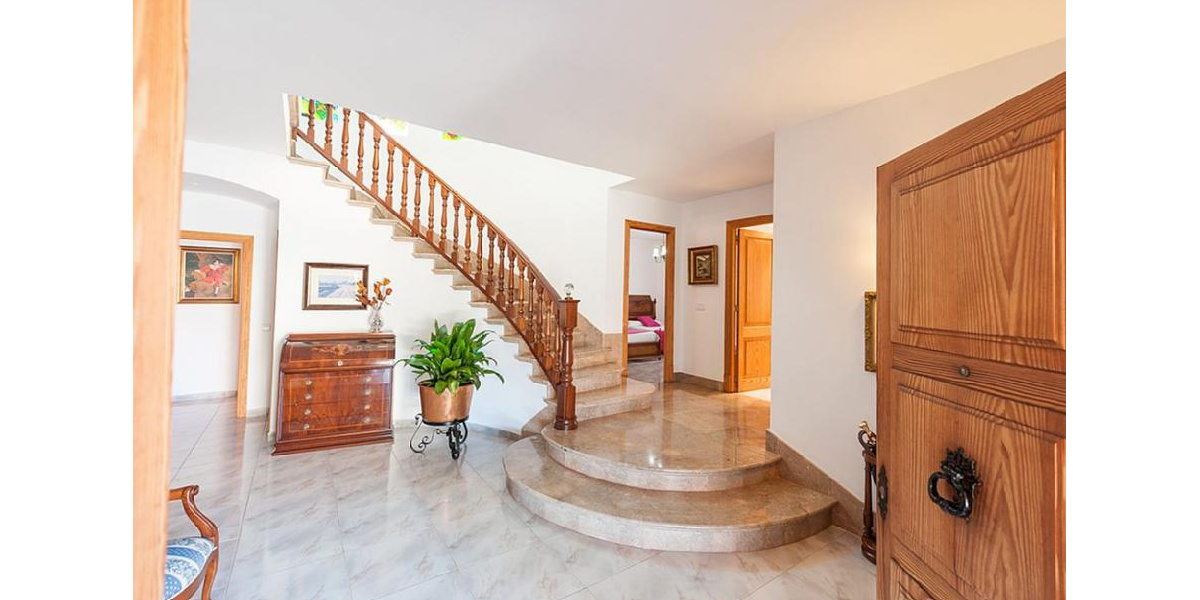 Marina Manresa villa rental - Entrance hall.