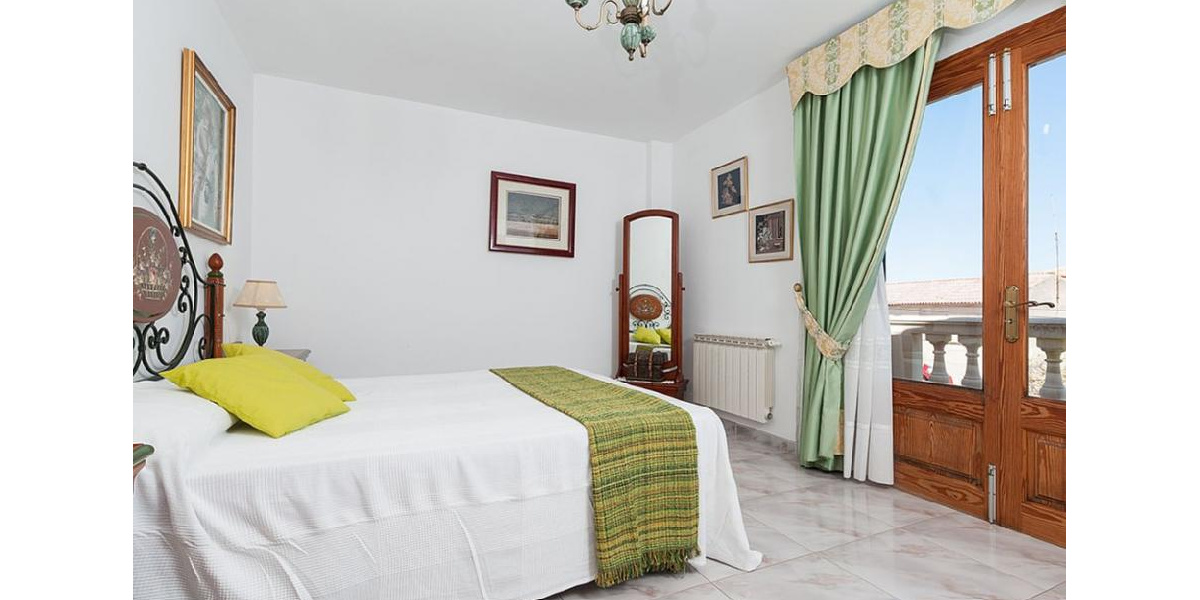 Marina Manresa villa rental - Master bedroom with en suite bathroom and private balcony.