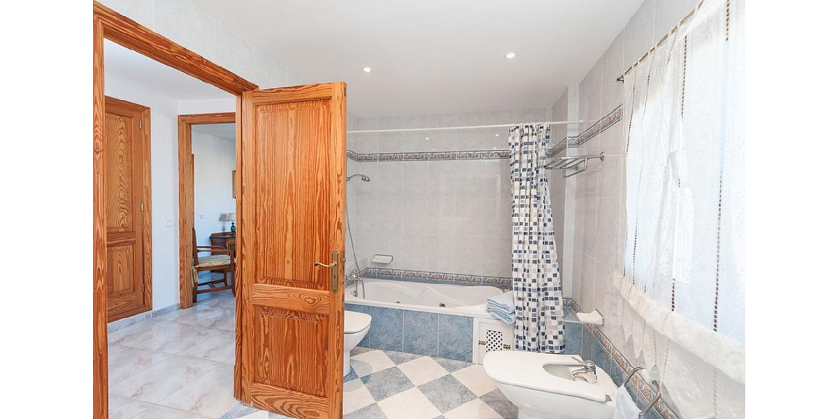 Bathtub family bathroom is a good size and shower.