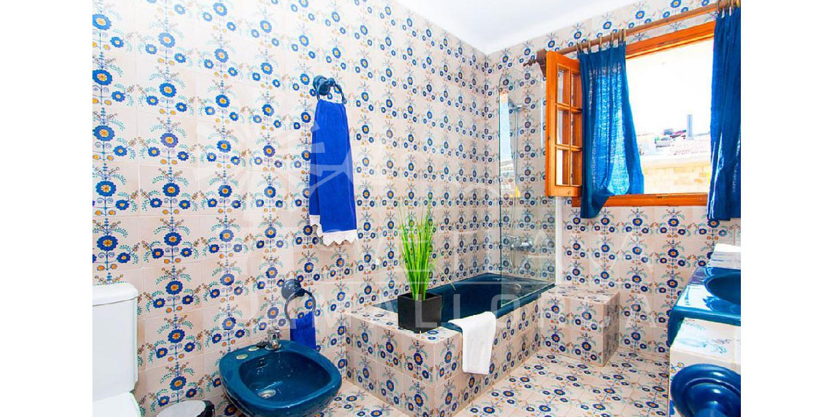 Mal Pas Bonaire house rental. The magical Mediterranean light bathes the family bathroom.