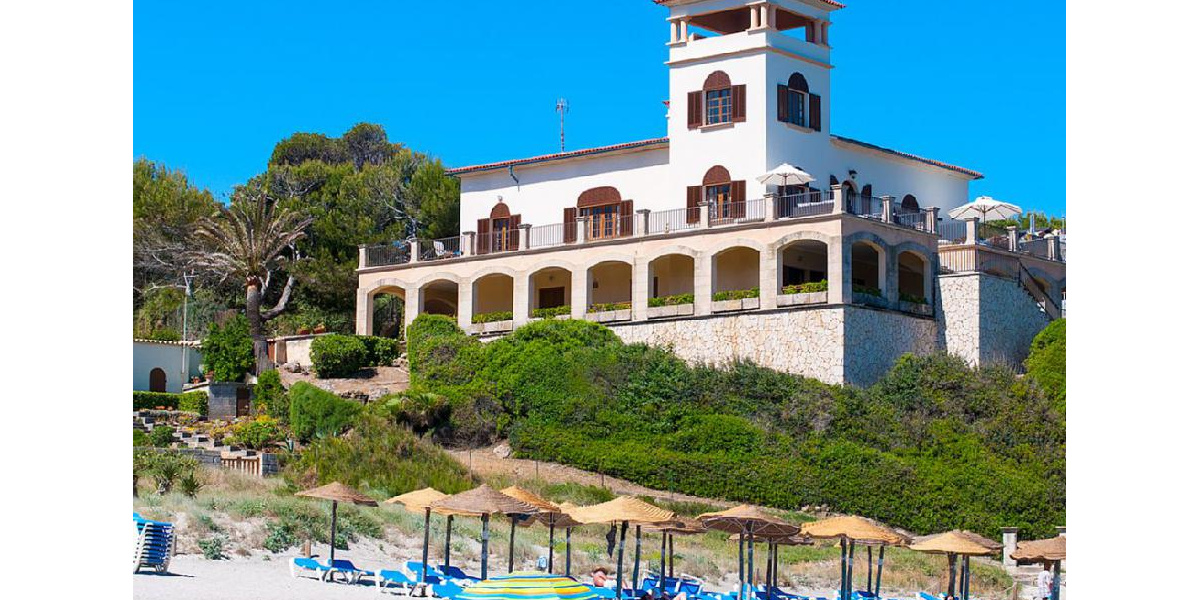 Integrated in the Mallorcan countryside, the villa enjoys wonderful views.