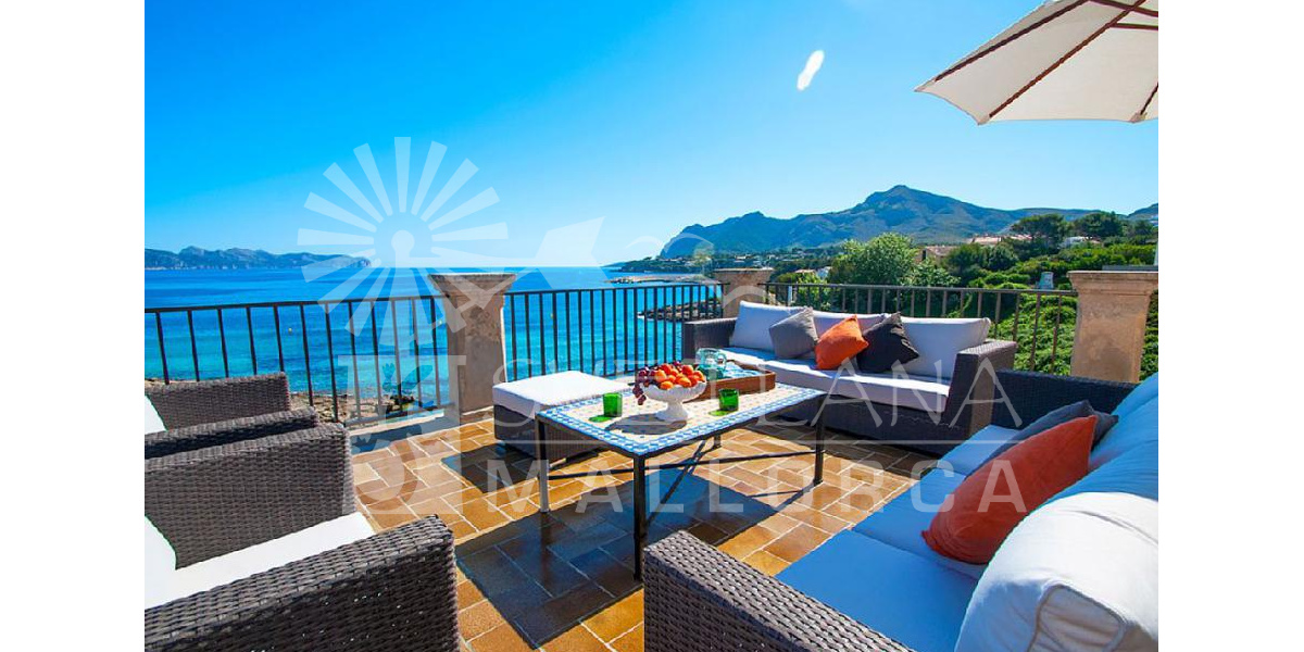 The terrace has spectacular views over the Bay of Pollensa and Formentor.