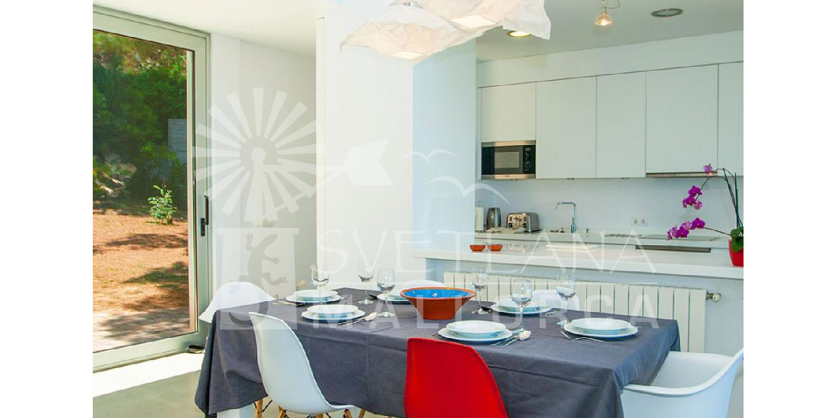 Equipped designer kitchen, modern and functional annexed to the dining table.