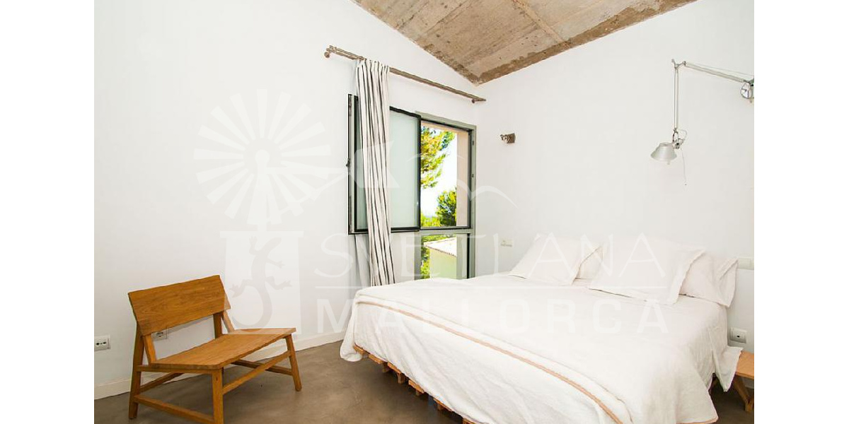 Spacious and comfortable bedroom with en suite on the ground floor of the house.