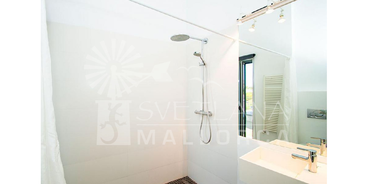 Large shower and beautiful views in the bedroom of the double rooms.