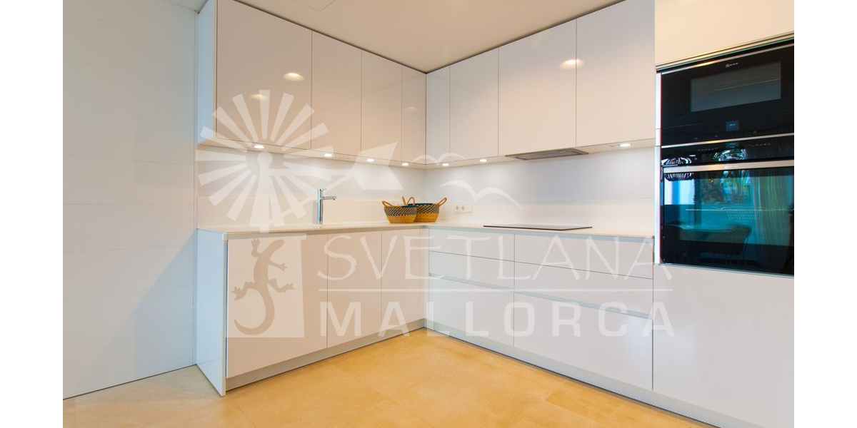 Modern and fully equipped kitchen.